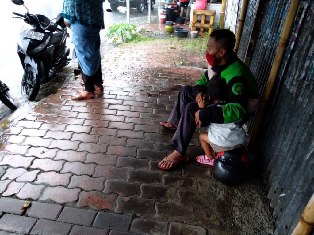 Cerita Haru Ojol di Jember Bekerja Ditemani Anaknya di Tengah Wabah Corona