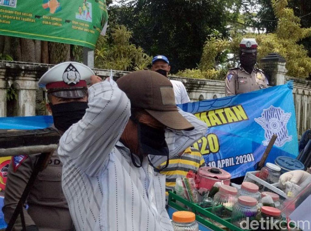 Pandemi Corona, Polisi Sukabumi Bagikan Paket Sembako-Vitamin ke Warga