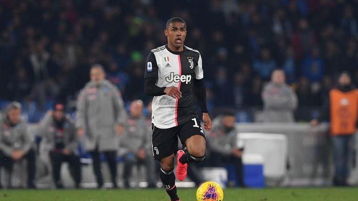 NAPLES, ITALY - JANUARY 26: Douglas Costa of Juventus during the Serie A match between SSC Napoli and  Juventus at Stadio San Paolo on January 26, 2020 in Naples, Italy. (Photo by Francesco Pecoraro/Getty Images)