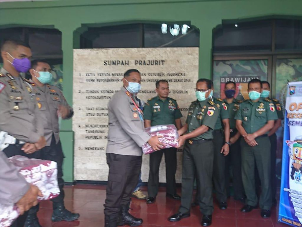 Polisi Tulungagung Salurkan Bantuan Masker dan APD ke Kodim dan Puskesmas