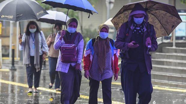 Warga berjalan menggunakan masker di kawasan Jalan Kendal, Jakarta, Senin (6/4/2020). Pemerintah meminta seluruh masyarakat untuk menggunakan masker saat berada di luar rumah seiring dengan imbauan terbaru Organisasi Kesehatan Dunia (WHO) untuk mengurangi risiko penyebaran virus corona (COVID-19) serta tetap melakukan jaga jarak aman atau physical distancing. ANTARA FOTO/Muhammad Adimaja/wsj.
