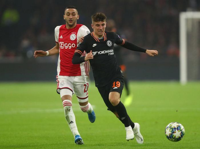 AMSTERDAM, NETHERLANDS - OCTOBER 23: Mason Mount of Chelsea battles for possession with Hakim Ziyech of AFC Ajax during the UEFA Champions League group H match between AFC Ajax and Chelsea FC at Amsterdam Arena on October 23, 2019 in Amsterdam, Netherlands. (Photo by Dean Mouhtaropoulos/Getty Images)