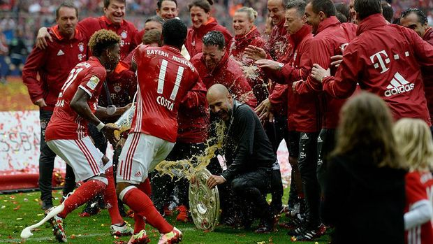 Costa (nomor 11) merayakan gelar Bundesliga bersama Guardiola dan tim.