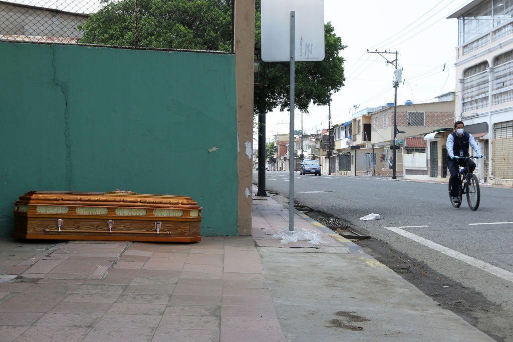 Horor! Begitulah yang terjadi di Ekuador. Mayat hingga peti jenazah bergeletakan di jalanan saat pandemi Corona (Covid -19). Begini penampakannya.