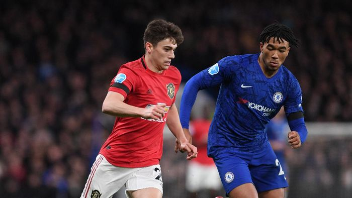 LONDON, ENGLAND - FEBRUARY 17:  Daniel James of Manchester United breaks away from Reece James of Chelsea during the Premier League match between Chelsea FC and Manchester United at Stamford Bridge on February 17, 2020 in London, United Kingdom. (Photo by Shaun Botterill/Getty Images)