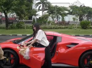Naik Mobil Ferrari, Pengusaha Ini Borong Nasi Bungkus untuk Dibagi-bagi