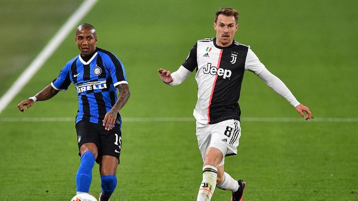 TURIN, ITALY - MARCH 08:  Aaron James Ramsey (R) of Juventus competes with Ashley Young of FC Internazionale during the Serie A match between Juventus and  FC Internazionale at Allianz Stadium on March 8, 2020 in Turin, Italy.  (Photo by Valerio Pennicino/Getty Images )
