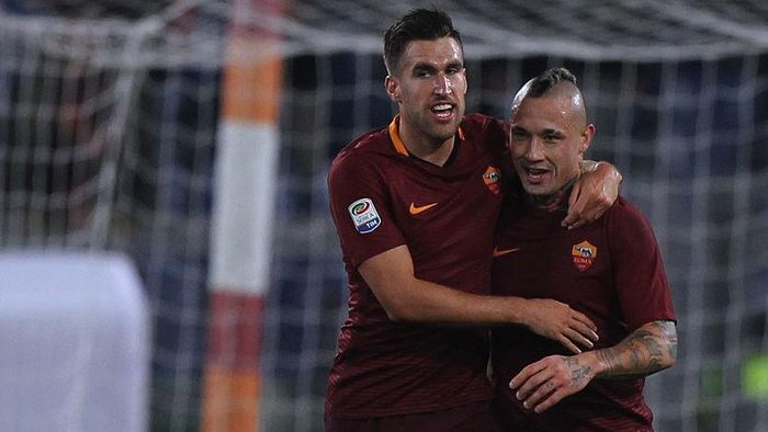 ROME, ITALY - DECEMBER 12:  Radja Nainggolan with his teammate Kevin Strootman of AS Roma celebrates after scoring the opening goal during the Serie A match between AS Roma and AC Milan at Stadio Olimpico on December 12, 2016 in Rome, Italy.  (Photo by Paolo Bruno/Getty Images )