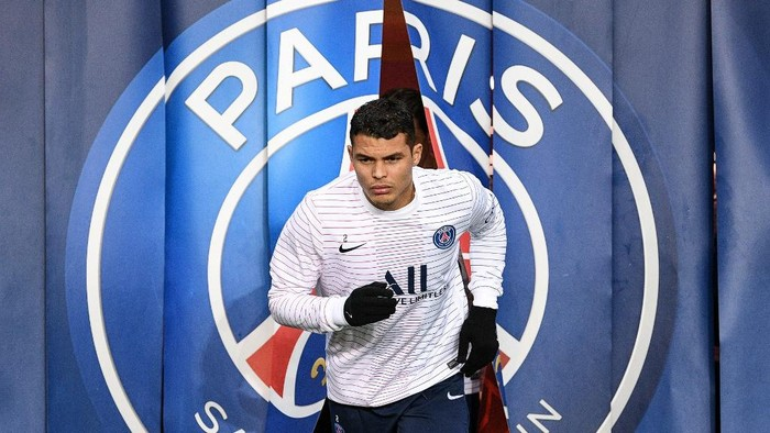 Paris Saint-Germains Brazilian defender Thiago Silva arrives to attend a training session prior to the French L1 football match between Paris Saint-Germain (PSG) and Girondins de Bordeaux at the Parc des Princes stadium in Paris, on February 23, 2020. (Photo by FRANCK FIFE / AFP)