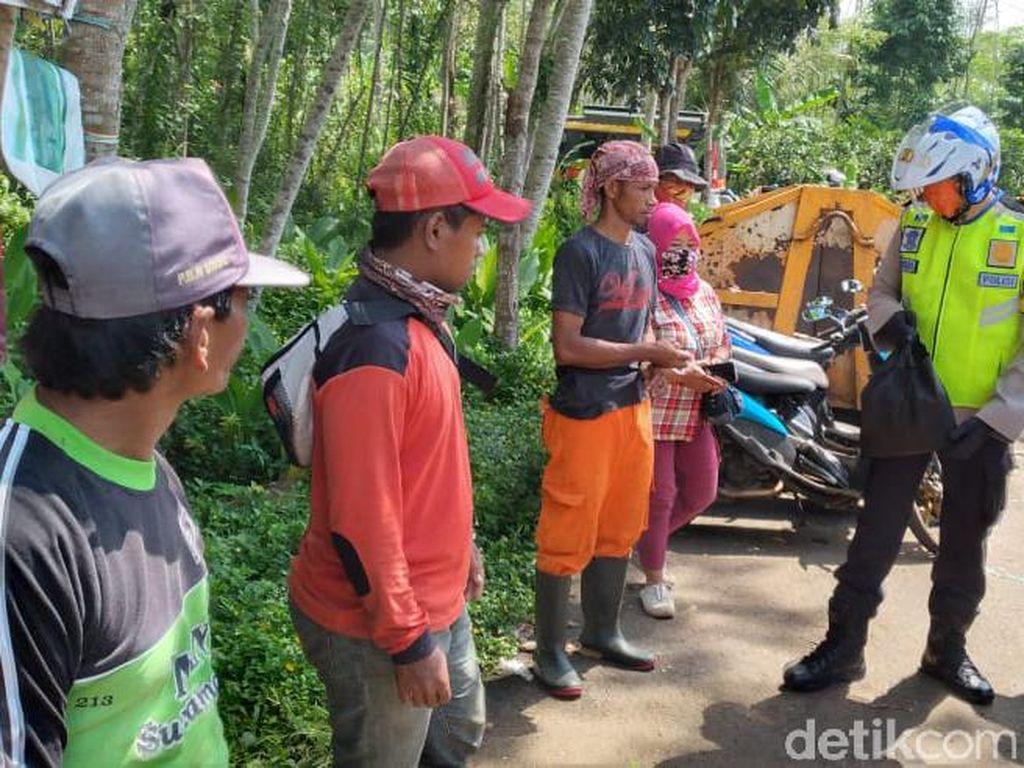 Pandemi Corona, Polisi Tasik Bagikan Paket Sembako ke Warga