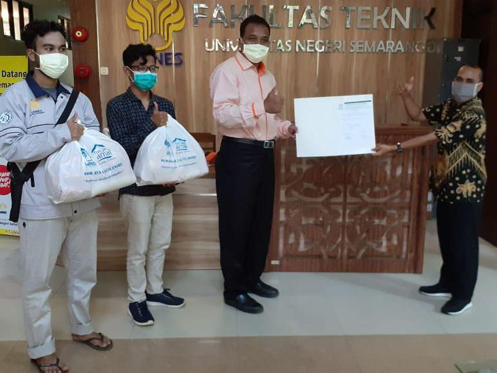 Unnes Bagikan Paket Sembako ke Ribuan Mahasiswanya yang Tak Mudik