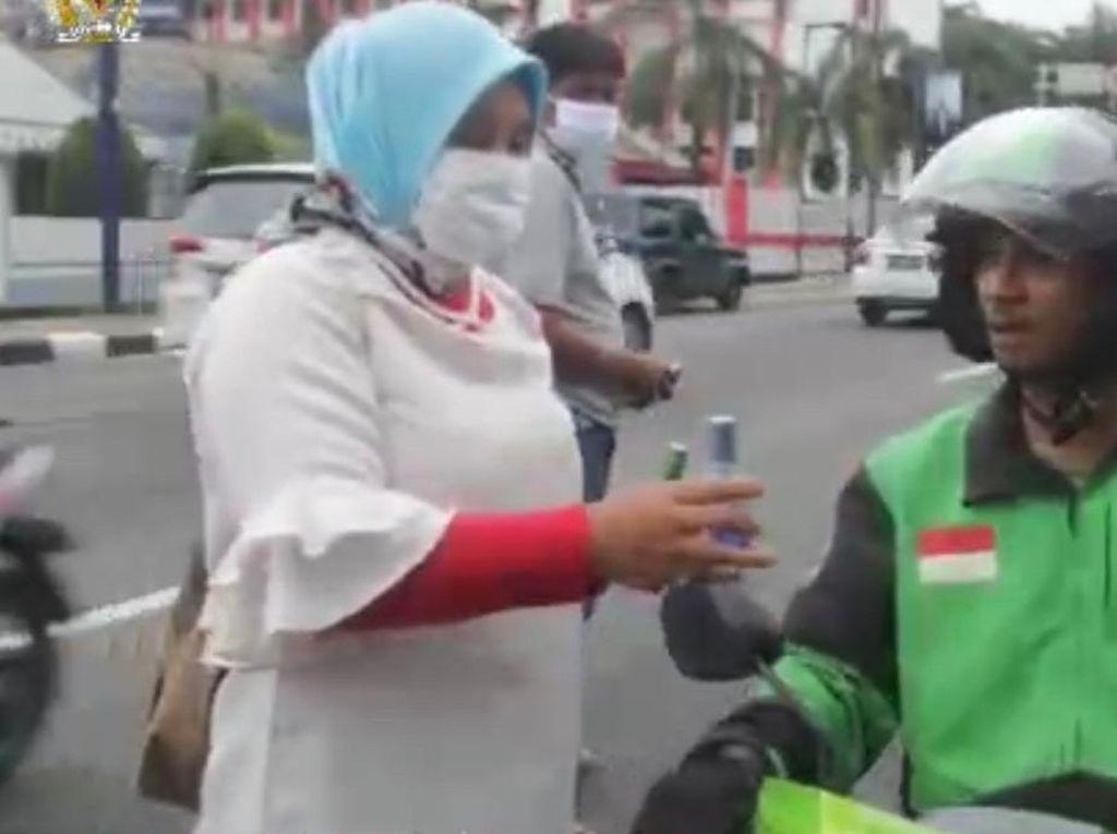 Arahan Prabowo, Andre Kini Bagi-bagi Ribuan Hand Sanitizer di Sumbar