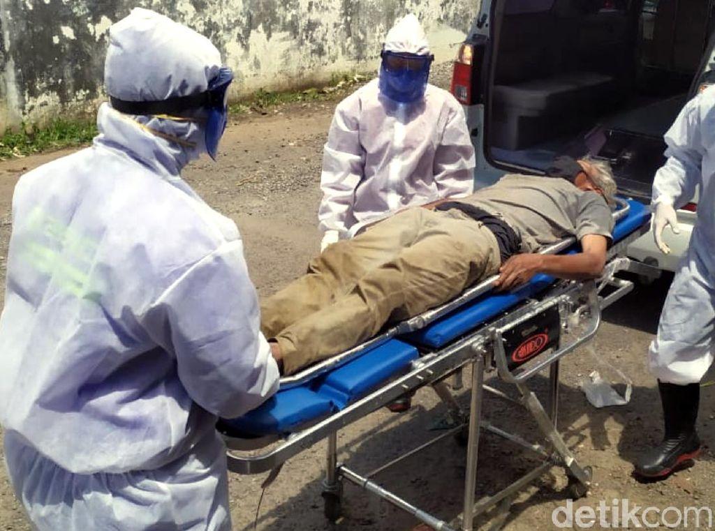 Tiba-tiba Lemas, Pemulung di Sukabumi Dievakuasi Petugas Berseragam APD