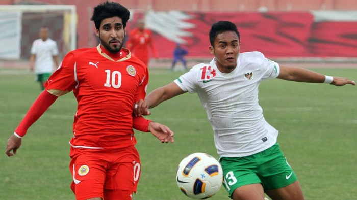 Bahrains Mohammed Ali (L) challenges Indonesias Guvawan Dwicahyo during their 2014 World Cup Asian zone group E qualifying football match the Bahrain National Stadium in Rifaa on February 29, 2012. Bahrain won 10-0. AFP PHOTO/ADAM JAN (Photo by ADAM JAN / AFP)