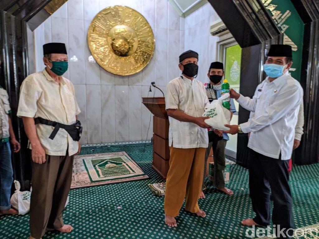 DKM Masjid Agung Ciamis Salurkan Beras untuk Warga Terdampak Corona