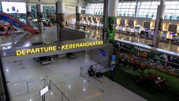 Suasana konter check-in penumpang di Terminal 2 Bandara Internasional  Juanda, Sidoarjo, Jawa Timur, Selasa (7/4/2020). Pemerintah melalui Kementerian Hukum dan Hak Asasi Manusia menetapkan larangan sementara masuk dan transit ke wilayah Indonesia bagi Warga Negara Asing (WNA) mulai tanggal 2 April 2020 hingga waktu yang belum ditentukan untuk mencegah penyebaran COVID-19 menyebabkan maskapai penerbangan internasional mengambil langkah dan kebijakan berupa pemberhentian operasional sementara. ANTARA FOTO/Umarul Faruq/hp.