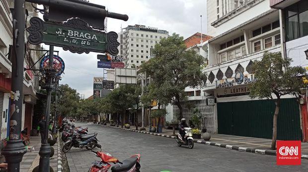 Suasana lengang di Jalan Asia Afrika, Bandung. (
