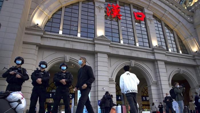 Kebijakan lockdown di kawasan Wuhan berakhir pada 8 April 2020. Area transportasi seperti stasiun hingga bandara di wilayah itu pun kembali ramai oleh penumpang.