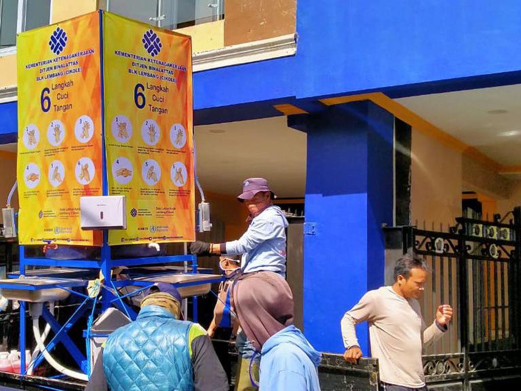 Kemnaker Distribusikan 20 Wastafel Portabel di Bandung Barat