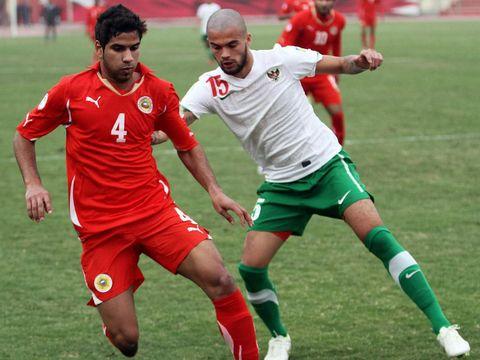 Indonesia dihajar Bahrain 0-10 di kualifikasi Piala Dunia 2014. Ini momen saat  pemain Bahrain Sayed Dhia melindungi bola dari pemain Timnas, Diego Michiels.      (AFP PHOTO / Adam Jan)