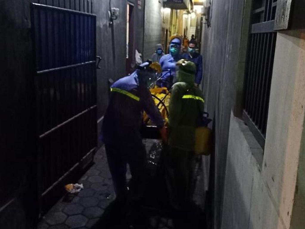 Kakek Mati Mendadak di Kos, Jenazah Dievakuasi Petugas dengan APD