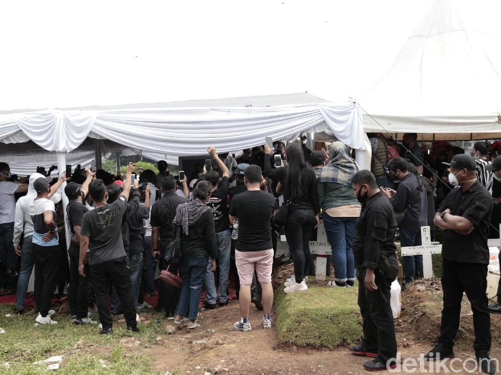 Pemakaman Glenn Fredly Dipenuhi Pelayat