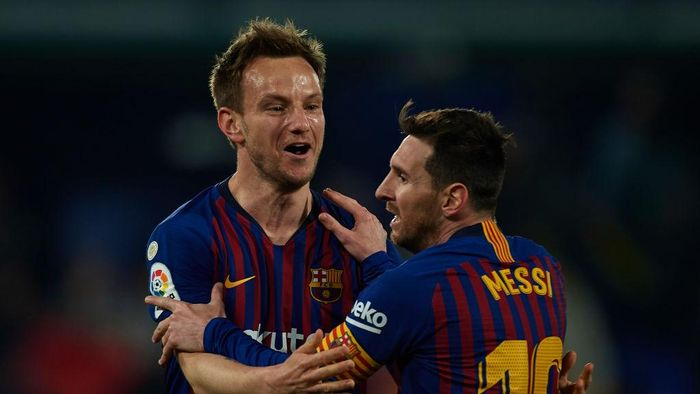 VILLAREAL, SPAIN - APRIL 02: Lionel Messi of Barcelona and Ivan Rakitic of Barcelona celebrate after the fourth goal of his team scored by Luis Suarez (not in frame)  during the La Liga match between Villarreal CF and FC Barcelona at Estadio de la Ceramica on April 02, 2019 in Villareal, Spain. (Photo by Manuel Queimadelos Alonso/Getty Images)