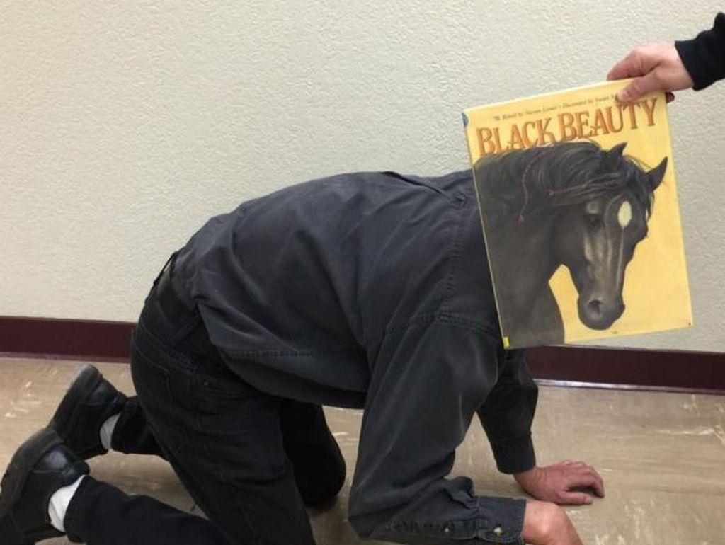 Aksi Kocak Pecinta Buku Atasi Bosan #DiRumahAja