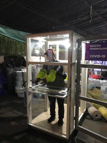 Booth pemeriksaan bisa digunakan oleh 2 tenaga medis