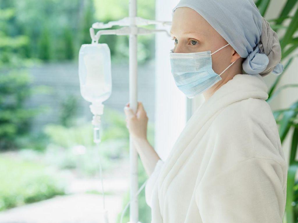 Aksi Manis Suami Demi Dampingi Istri Kemoterapi saat Wabah COVID-19