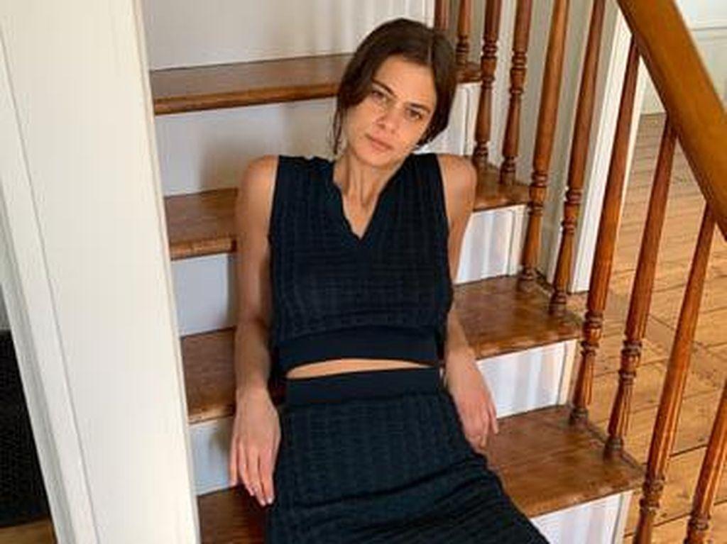 Social Distancing, Model Zara Pemotretan Katalog Produk di Rumah Aja