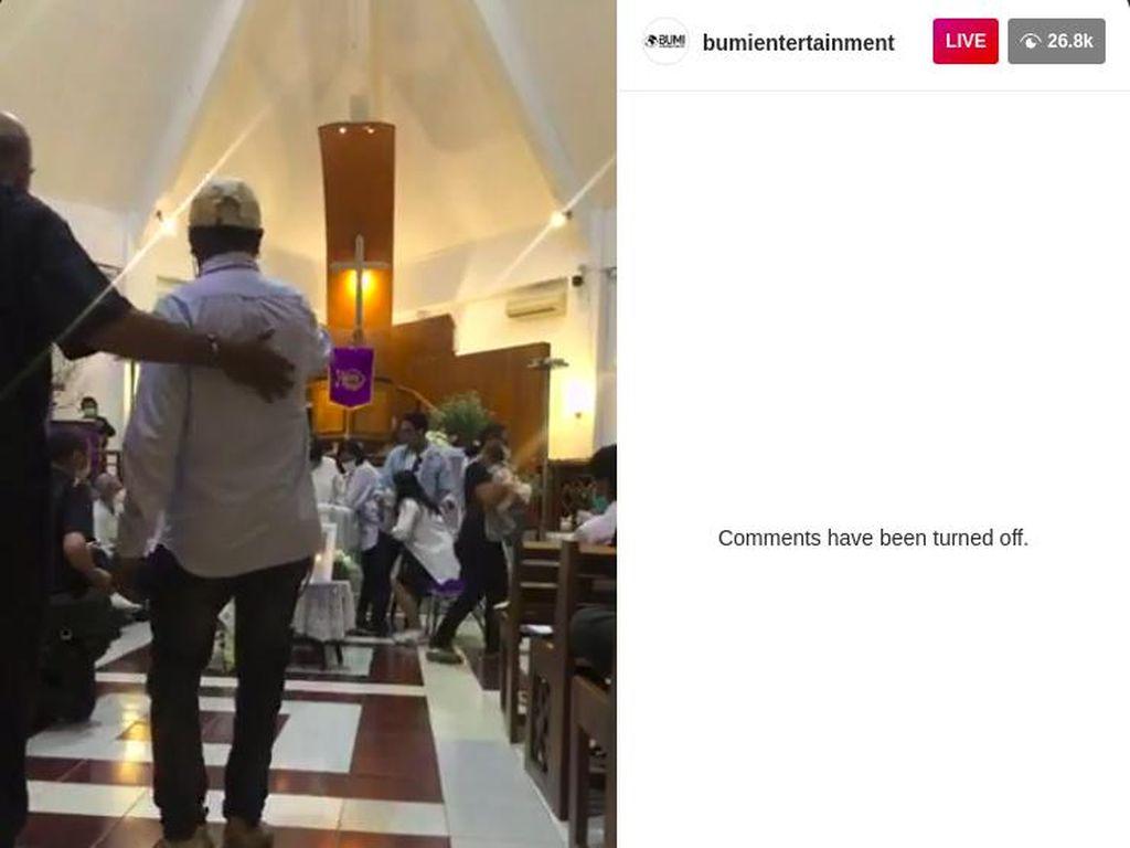 Ibadah Pelepasan Glenn Fredly Digelar, Mutia Ayu Gendong Anak di Sisi Peti