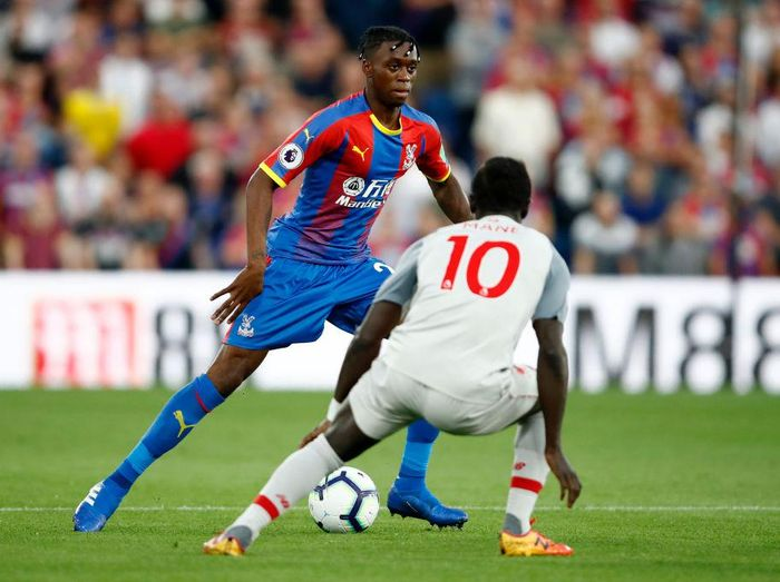 LONDON, ENGLAND - AUGUST 20:  Aaron Wan-Bissaka of Crystal Palace takes on Sadio Mane of Liverpool  during the Premier League match between Crystal Palace and Liverpool FC at Selhurst Park on August 20, 2018 in London, United Kingdom.  (Photo by Julian Finney/Getty Images)