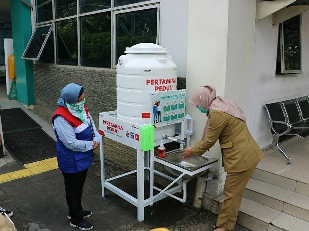 Pertamina Bagikan 7 Unit Wastafel Portabel untuk Puskesmas Koja