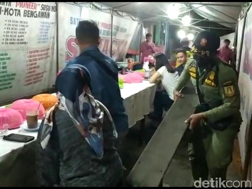 Satpol PP Solo Angkuti Kursi Milik Warung Tenda yang Membandel
