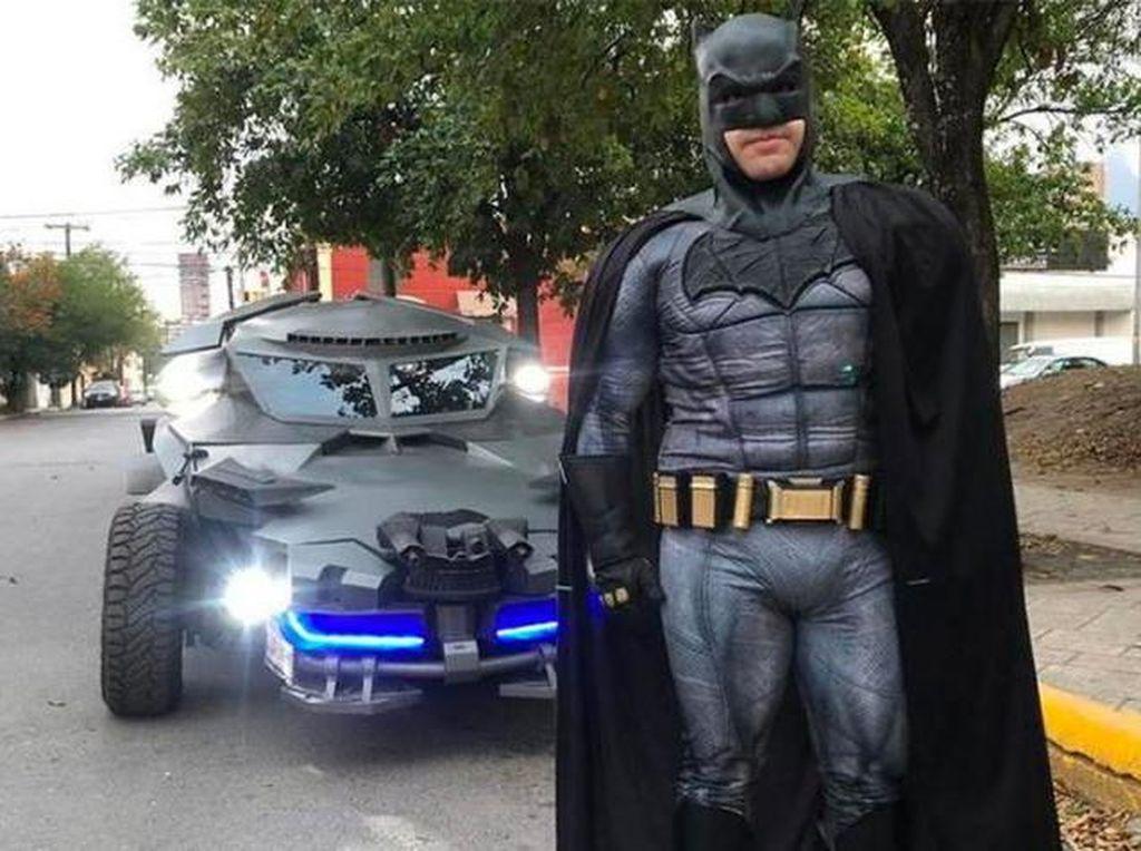 Batman Keliling Pakai Batmobile Tempur Melawan Virus Corona