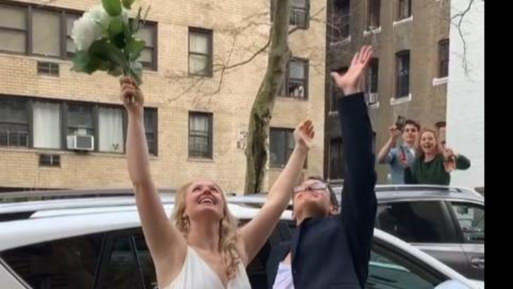 Aksi Warga New York Saat Corona: Nikah di Balkon Apartemen Sampai Nyanyi Bareng