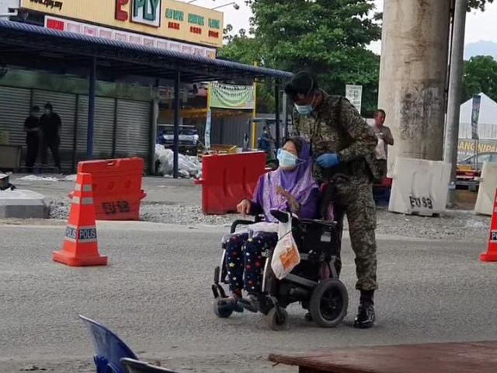 Menghangatkan Hati, Viral Tentara Berikan Masker untuk Wanita Difabel