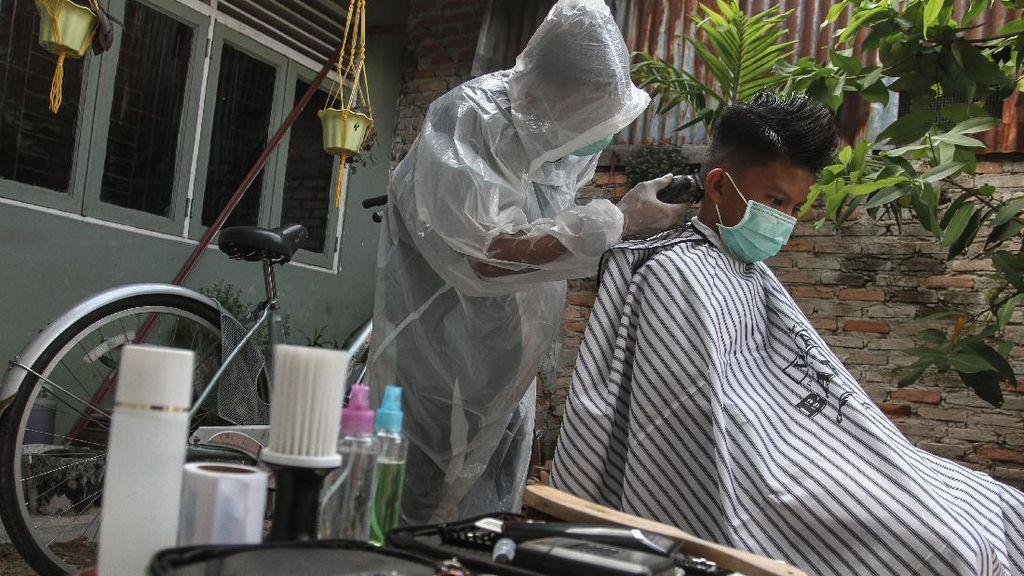 Terima Jasa Panggilan, Tukang Cukur di Riau Pakai APD Lho