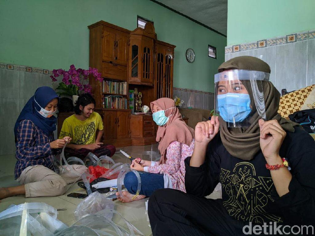 Belasan Mahasiswa ITS Bikin Face Shield dan Disumbangkan ke Tenaga Medis