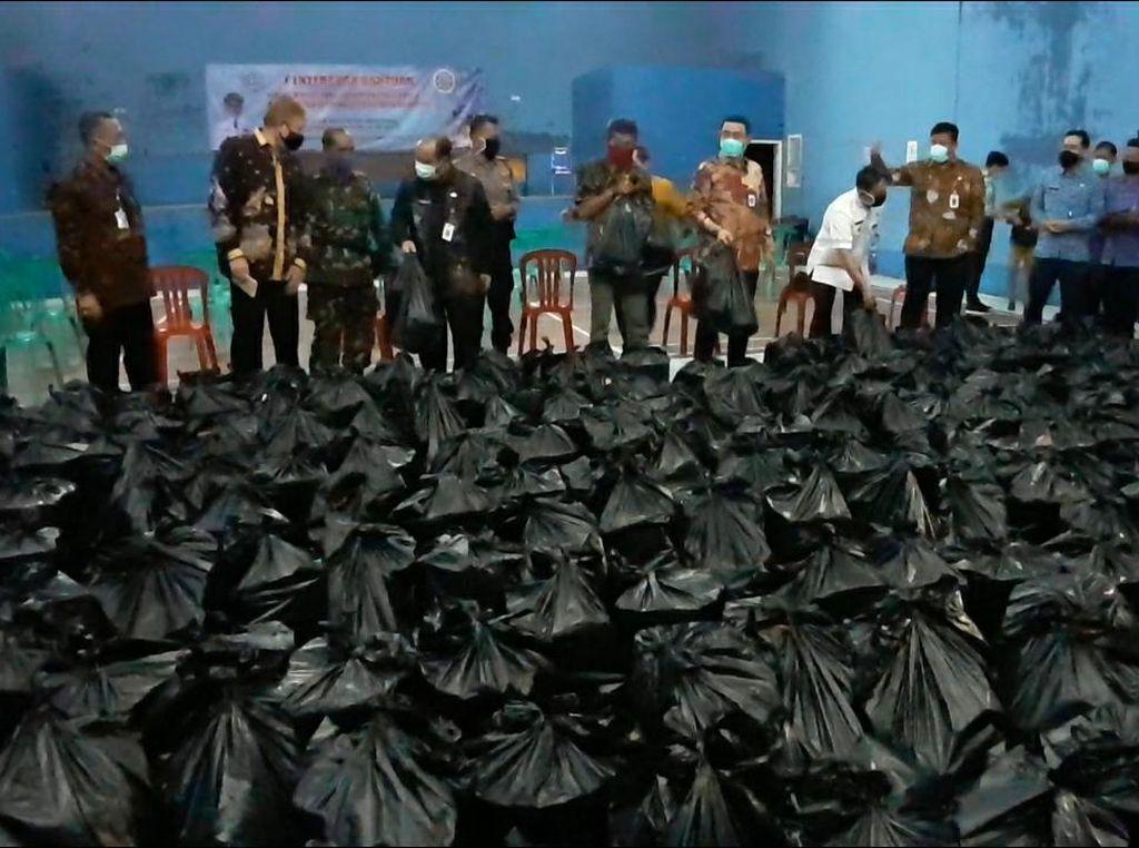 IPDN hingga Polres Sumedang Bagikan Paket Sembako untuk Warga Tak Mampu