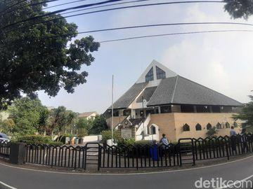 Suasana Gereja, Tempat Jenazah Glenn Fredly Disemayamkan