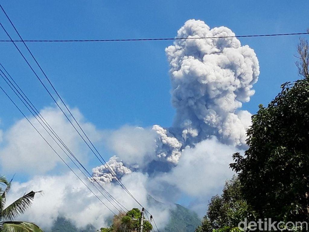 Gunung Merapi Erupsi, BPBD Sleman Bagikan Ribuan Masker untuk Warga