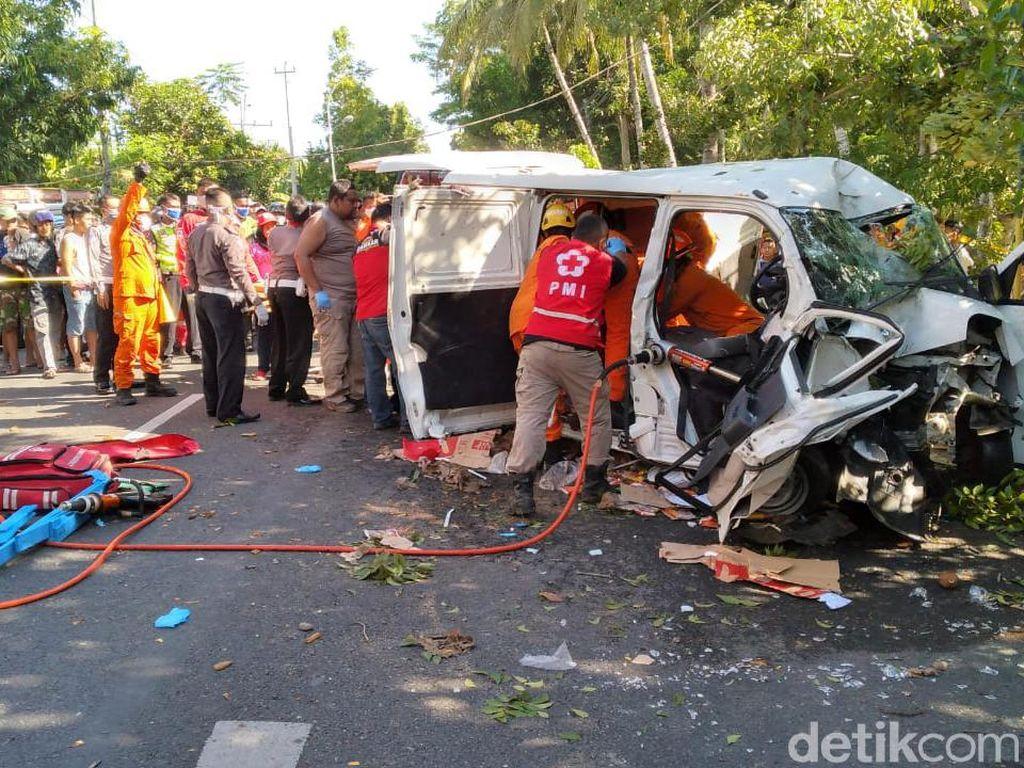 Mobil Tabrak Pohon di Kulon Progo, Sopir dan Penumpang Terjepit Bodi