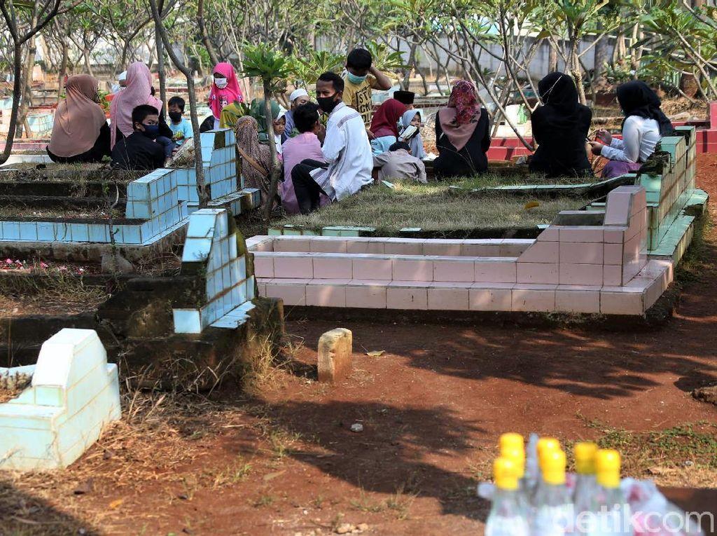 Jelang Ramadhan, Warga Bekasi Nekat Ziarah Kubur di Tengah Corona