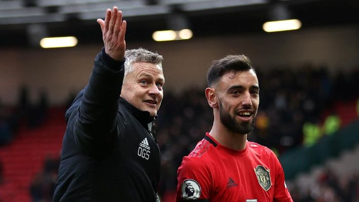 Manchester United v Watford FC - Premier League MANCHESTER, ENGLAND - FEBRUARY 23: Ole Gunnar Solskjaer, Manager of Manchester United talks to Bruno Fernandes of Manchester United as they leave the pitch following the Premier League match between Manchester United and Watford FC at Old Trafford on February 23, 2020 in Manchester, United Kingdom. (Photo by Clive Brunskill/Getty Images)
