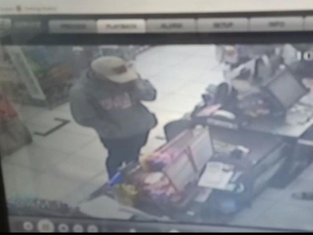 Terekam CCTV Aksi Perampok Bercelurit di Minimarket Bekasi, Rp 45 Juta Raib