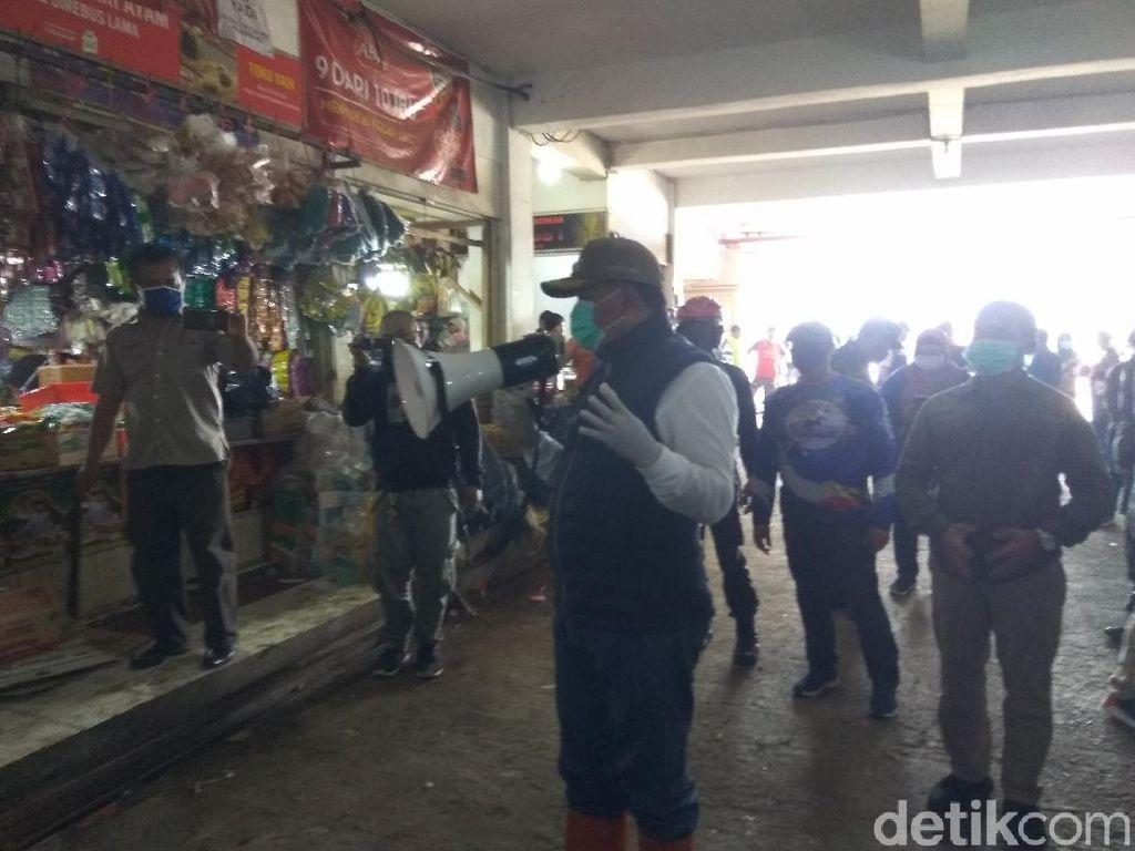 Bagi-bagi Masker di Lembang, Bupati Aa Malah Picu Kerumunan Massa