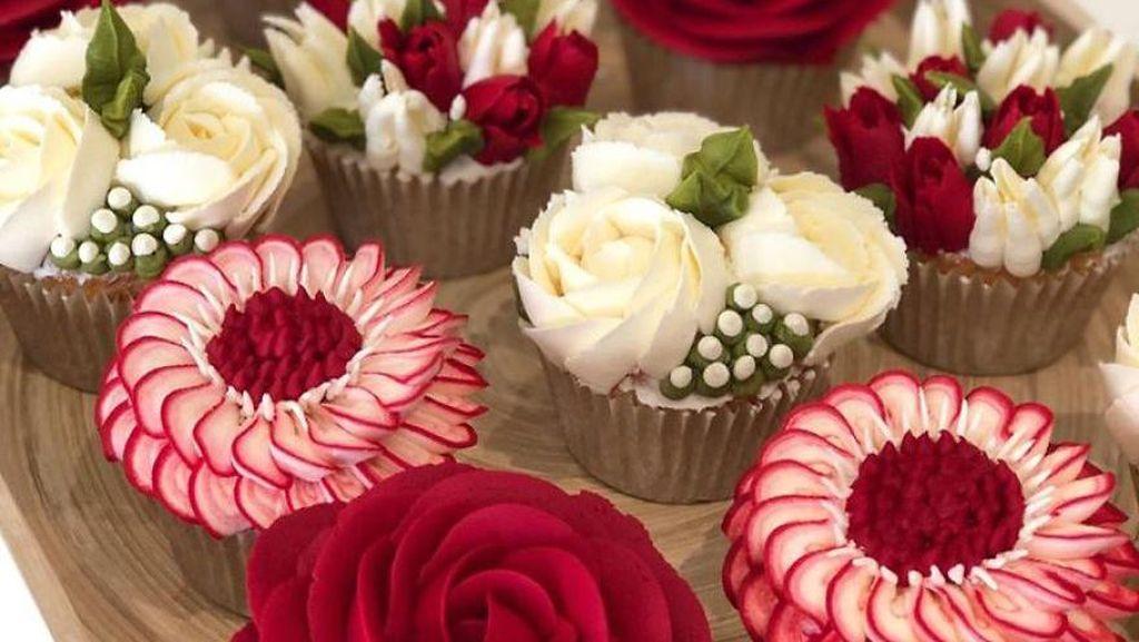 Persis Asli! 10 Karangan Bunga di Atas Kue Ini Dibuat dari Buttercream!