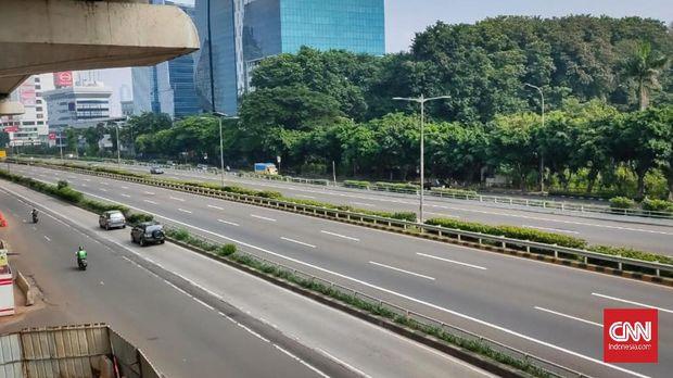 Suasana lengang di tol Cawang arah jalan Gatot Subroto.
